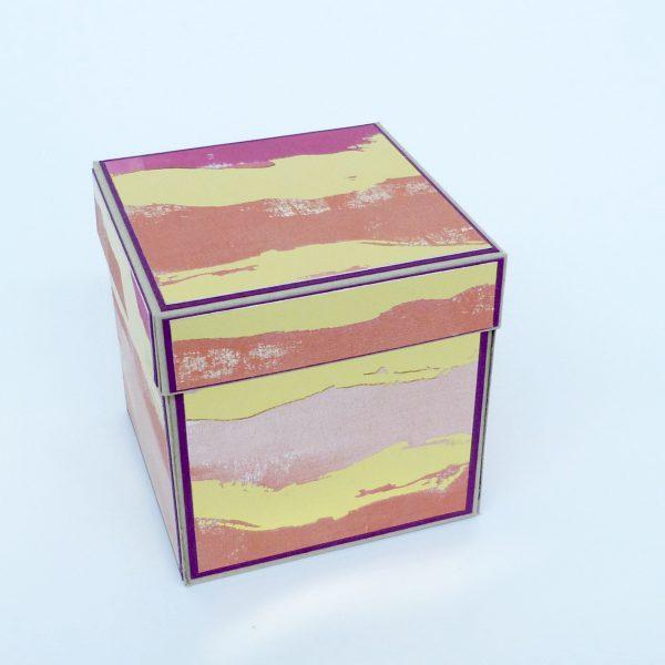 Explosionsbox und zwei Bogen A4 Farbkarton. Box ca. 10 x 10 x 10 cm, kleine Box 5 x 5 x 5 cm. Farbkarton, Designerpapier: Farben wie abgebildet.